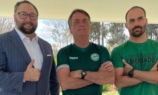 Jason Miller (à esq.) com o presidente Jair Bolsonaro e o deputado federal Eduardo Bolsonaro (PSL-SP)