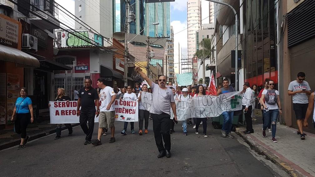 Campinas - cidade tem protesto contra bloqueios na educação. — Foto: Luciano Calafiori/G1