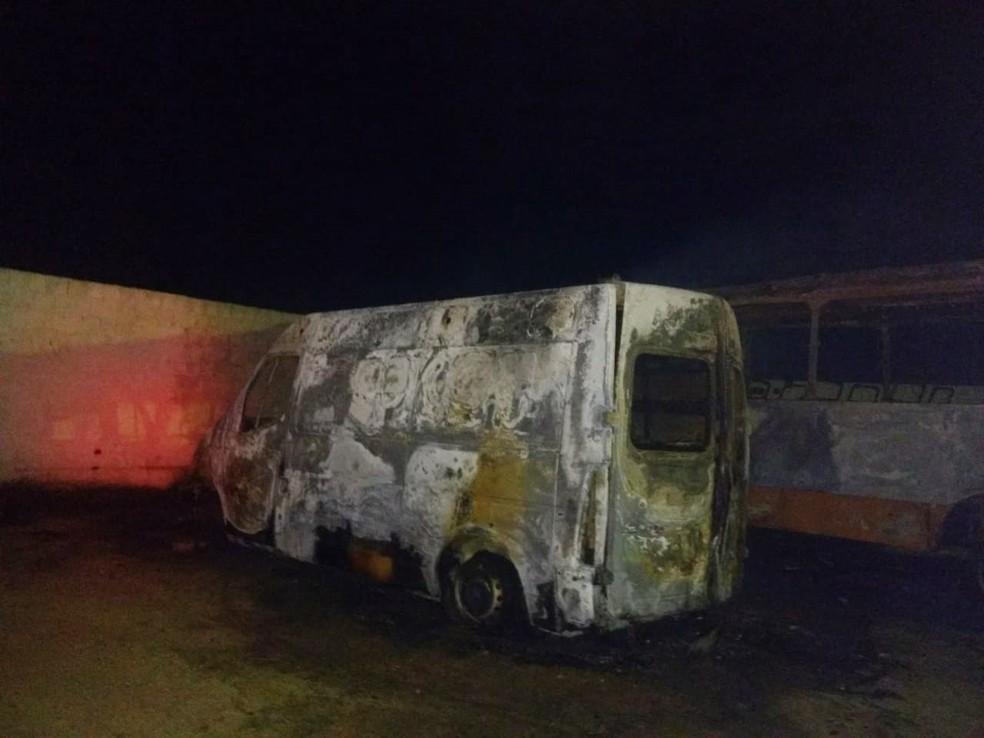 Ambulância após pegar fogo na noite da terça-feira (19), na garagem de prefeitura do Cariri da PB — Foto: Prefeitura/Divulgação
