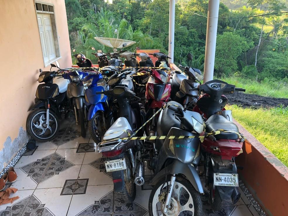 Após denúncia, PF apreende mais de 20 motos da Bolívia em colônia no interior do Acre — Foto: Divulgação/PF-AC
