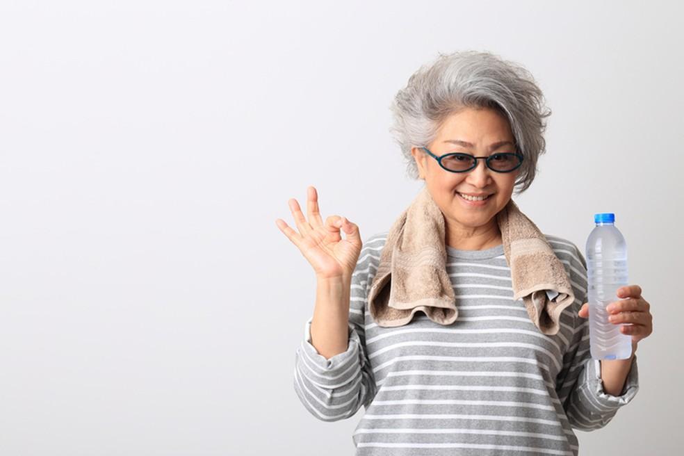 Além de garantirem mais qualidade de vida para atividades do dia a dia, exercícios funcionais também liberam hormônios favorecem a saúde mental dos idosos — Foto: iStock