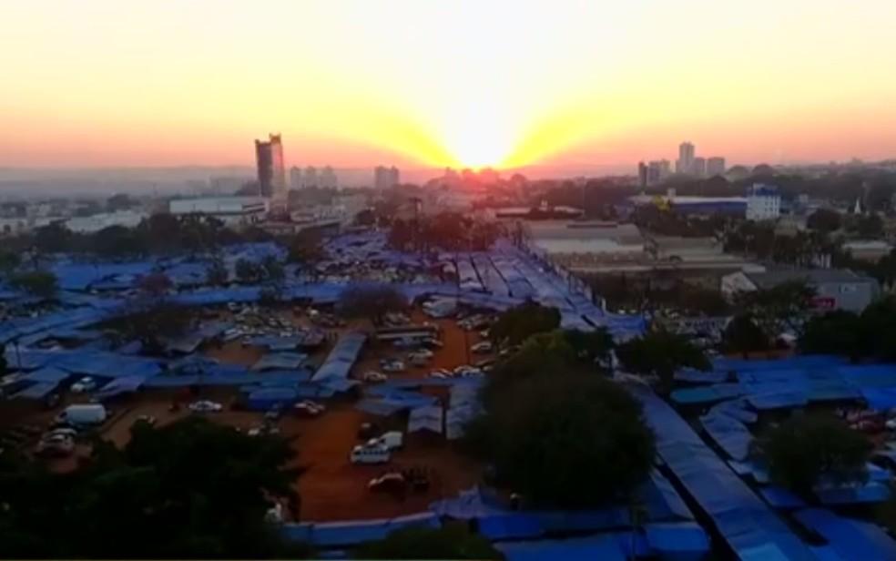 Feirra Hippie passa a ser motada a partir de 2h das sexta-feiras, em Goiânia (Foto: Reprodução/TV Anhanguera)