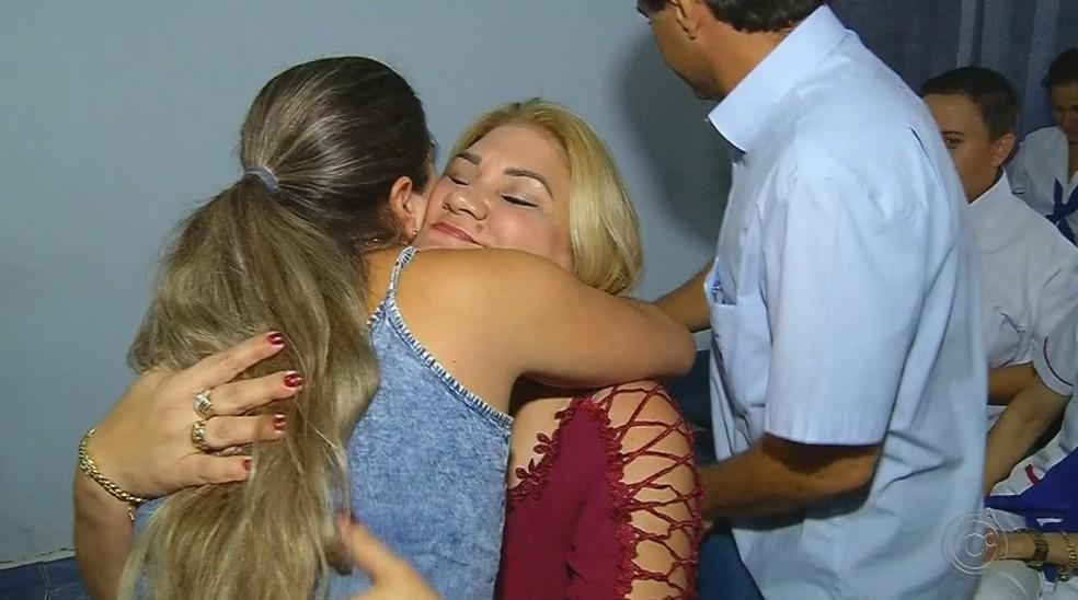 Médica cubana Dânia Gomes se despede de amigos em Fernandópolis — Foto: Reprodução/TV TEM