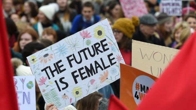 Cartaz em Londres dizendo 'O futuro é feminino': mulheres de todo o mundo fazem marchas e protestos por direitos iguais na semana do 8 de Março  (Foto: epa/via bbc news brasil)