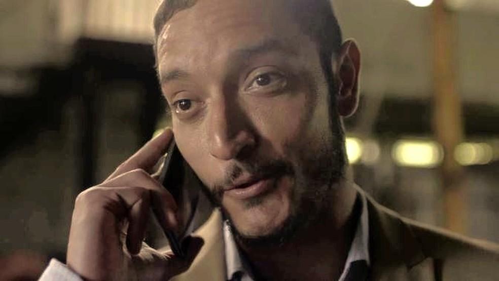Vendo que seu plano deu certo, Youssef (Allan Souza Lima) ligará para Aziz, que vai ficar tremendamente feliz ao ouvir as novidades do sobrinho.  — Foto: TV GLOBO