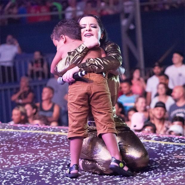 Maraísa abraça fã mirim em show (Foto: Reprodução / Instagram)