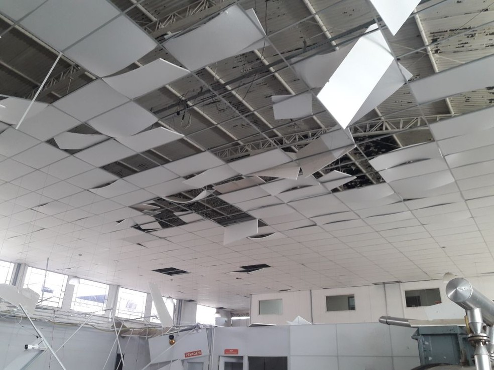 Parte do teto ficou destruído com impacto da explosão na fábrica em São José (Foto: Divulgação/Corpo de Bombeiros )