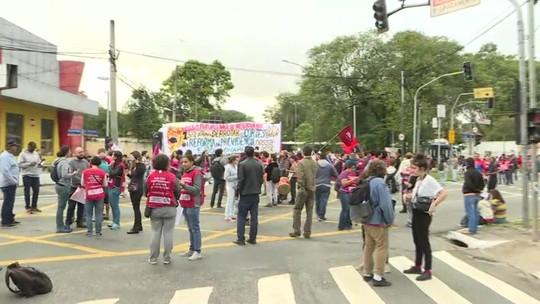 Alunos e funcionários da USP fazem paralisação contra bloqueios de verba na Educação