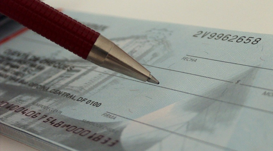 Golpistas estão se aperfeiçoando e reproduzindo a assinatura de outras pessoas em cheque, entre outros métodos (Foto: Pexels)