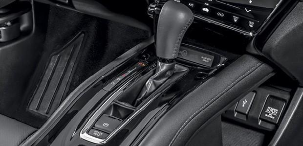 Honda HR-V EXL -  Console flutuante agora vem no tom preto piano e a entrada HDMI abaixo dele foi suprimida (Foto: Divulgação)