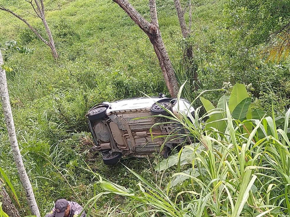 Quatro pessoas e um bebê ficam feridos após carro sair da pista e descer ribanceira na Bahia — Foto: Redes Sociais