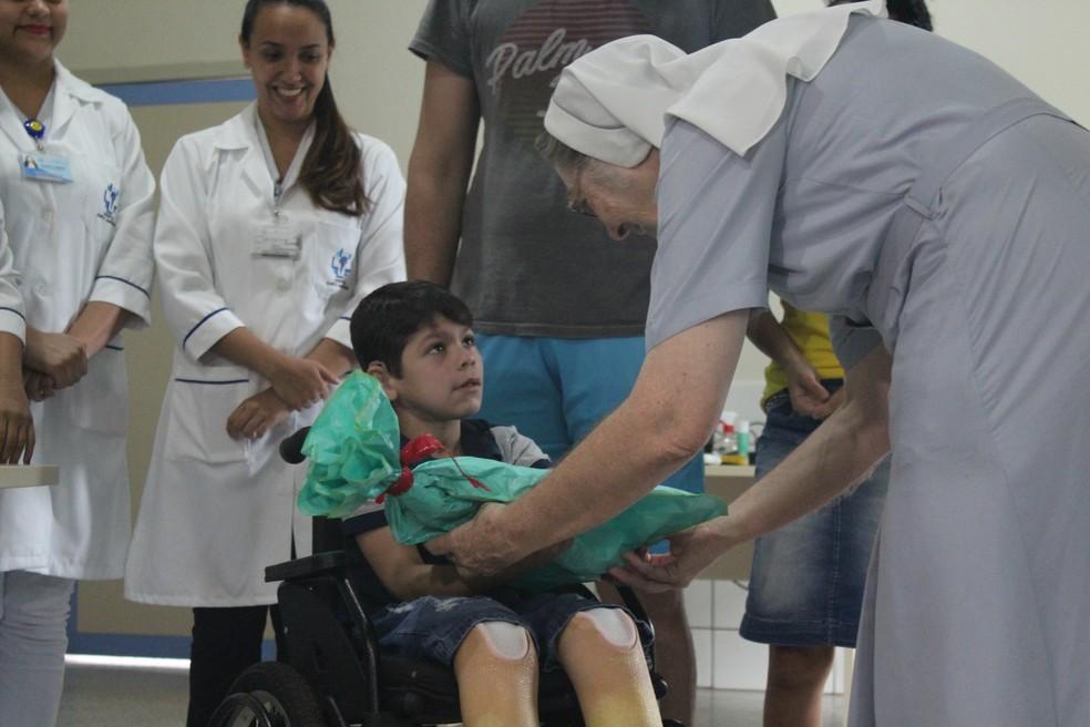 João Victor recebe a prótese de uma das irmãs do Hospital Santa Marcelina, em Porto Velho.  — Foto: Pedro Bentes/G1