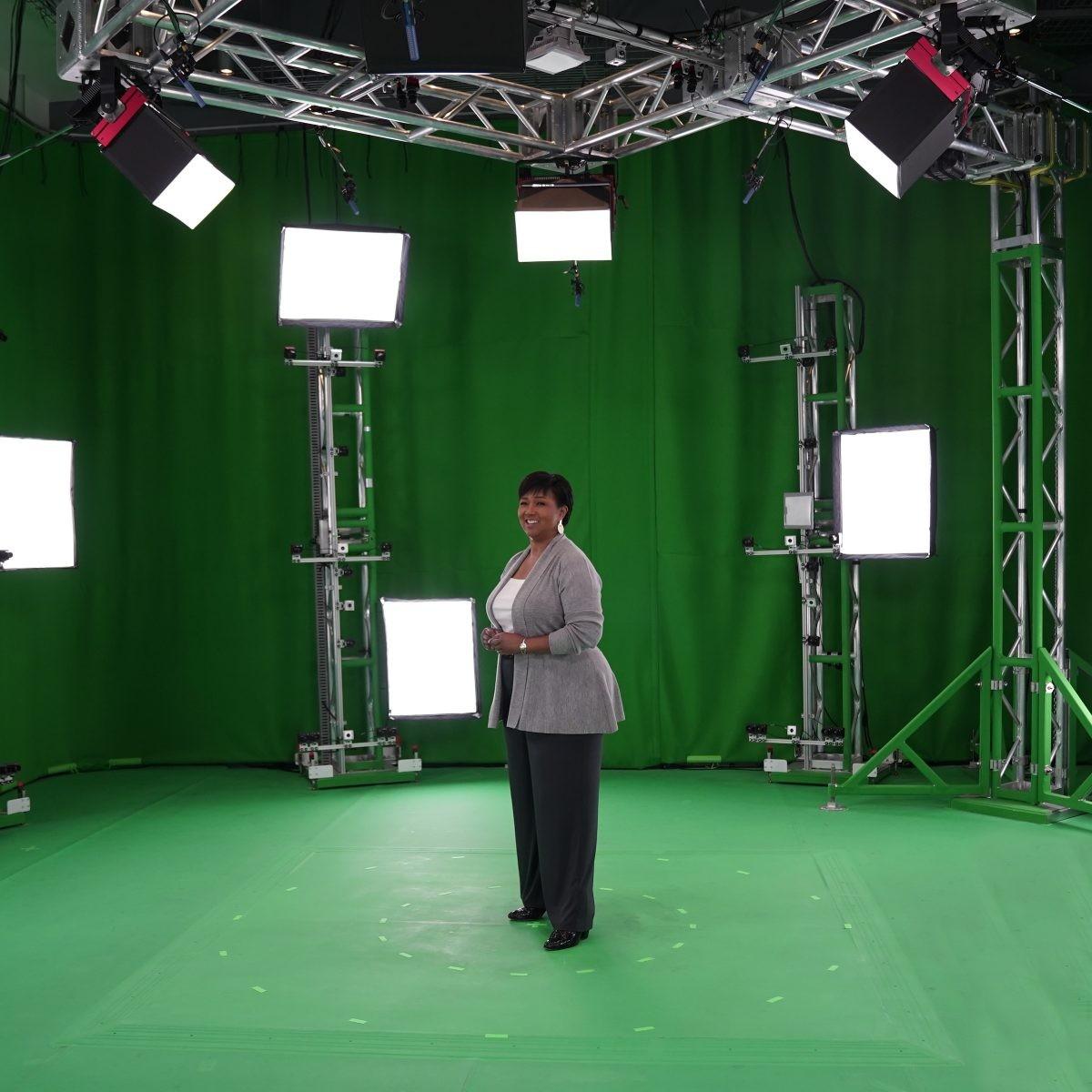 Mae Jemison participa de gravação em estúdio da microsoft, uma das primeiras etapas para produzir o holograma. (Foto: Brandon Kaiser/Microsoft/Divulgação)