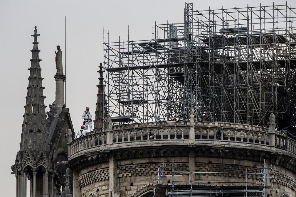 Trabalhadores no teto da catedral de Notre-Dame — Foto: Christophe Archambault / AFP