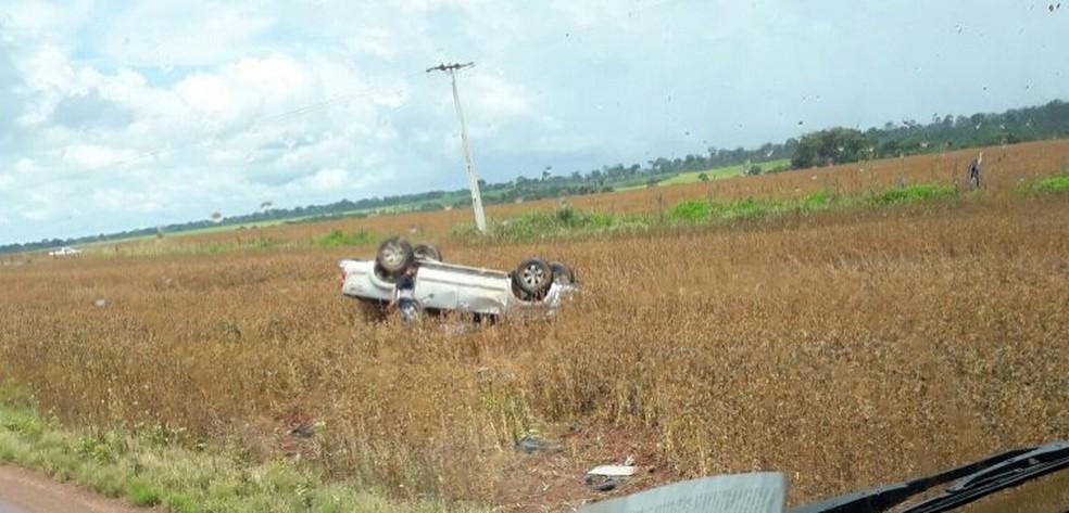 Caminhonete que atropelou ciclista capotou após o acidente (Foto: Visão Notícias)