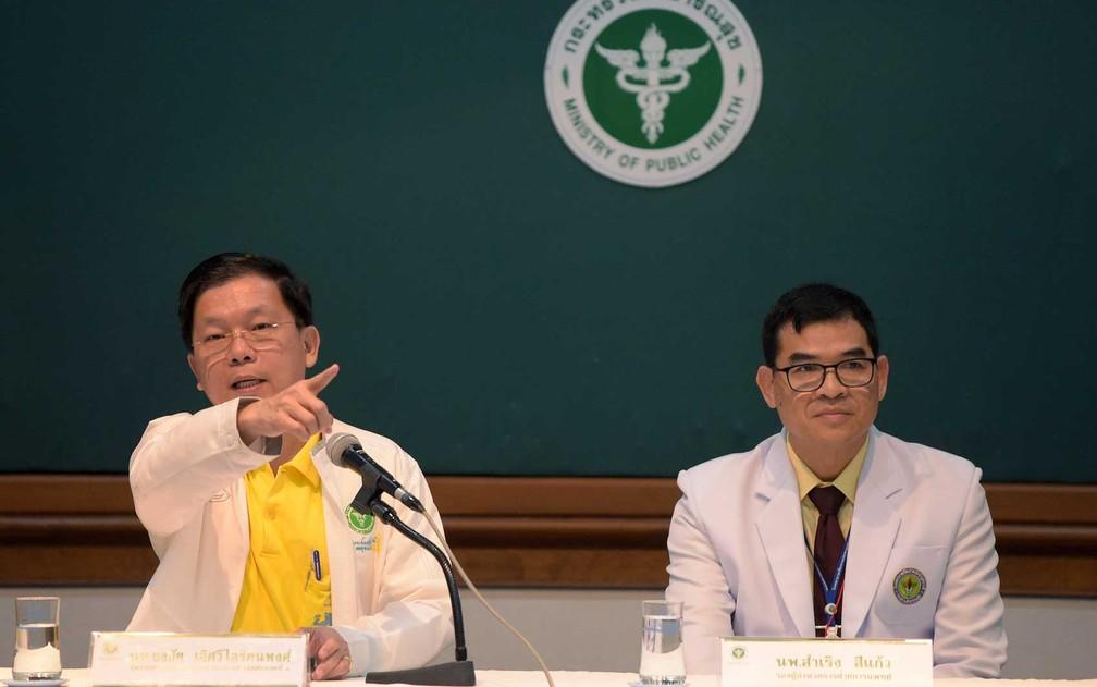 Diretor do Departamento de Saúde Pública, Thongchai Lertwilairatanapong (esquerda) e vice-diretor Samreong Sikeaw (direita0 (R) falam sobre estado de saúde de meninos e treinador de futebol resgatados nos três últimos dias de caverna na Tailândia (Foto: Tang Chhin Sothy / AFP Photo)