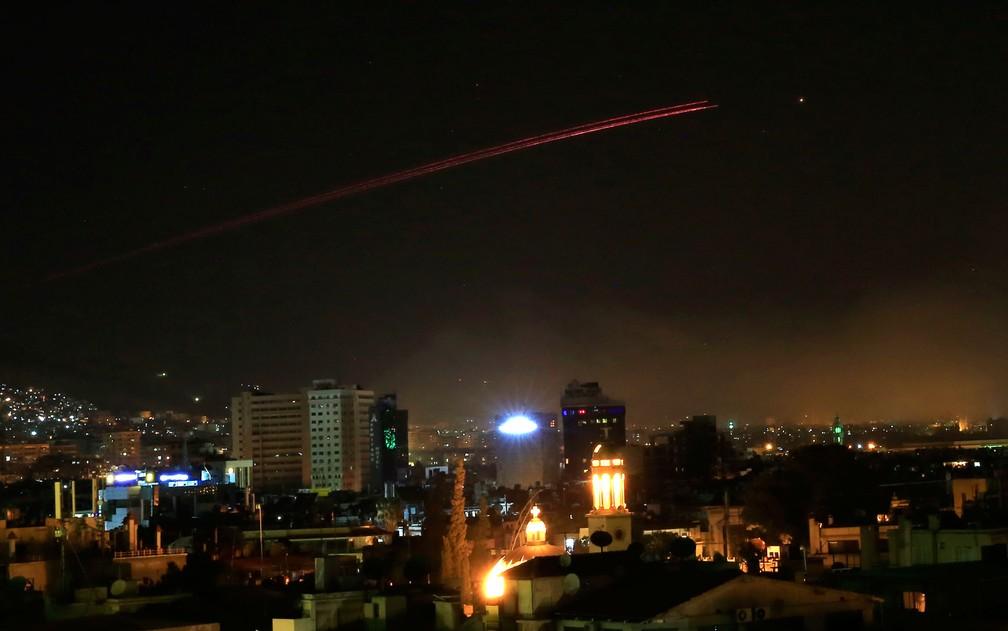 Fogo anti-aéreo ilumina o céu de Damasco em resposta ao ataque dos EUA, Reino Unido e França à capital da Síria na madrugada de sábado (14) (Foto: AP Photo/Hassan Ammar)