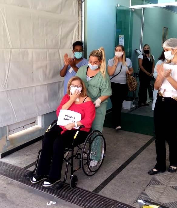 Mulher supera Covid-19 após 50 dias internada e duas paradas cardíacas: 'Foi um milagre'