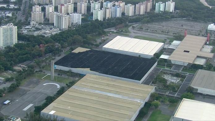 Chamas queimaram quase toda a cobertura do Pavilhão 3 do Riocentro (Foto: Reprodução/TV Globo)