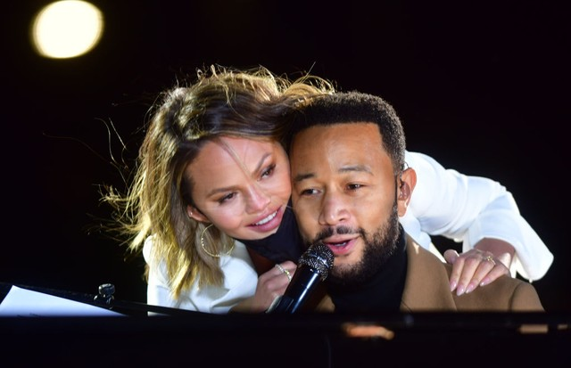PHILADELPHIA, PA - NOVEMBER 02:   Singer John Legend is joined onstage by his wife, Chrissy Teigen, while performing before Democratic vice presidential nominee Sen. Kamala Harris (D-CA) speaks at a drive-in election eve rally on November 2, 2020 in Phila (Foto: Getty Images)