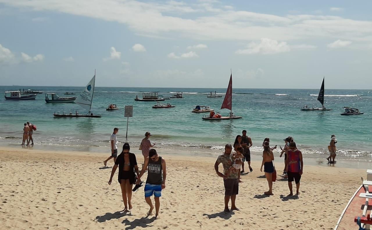 Praias têm desrespeito a medidas de prevenção à Covid no primeiro domingo de restrições