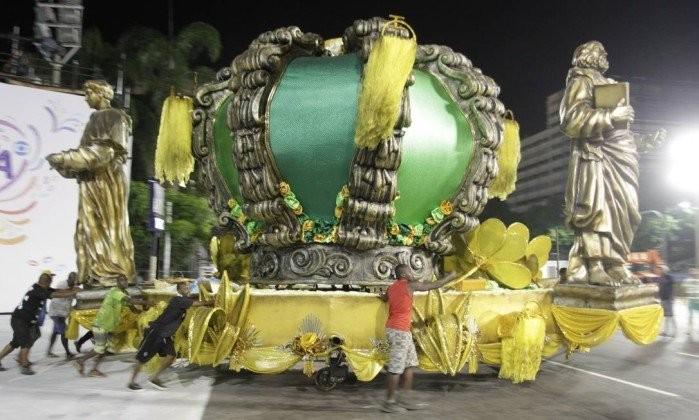 Alegoria do Império é deslocada na Presidente Vargas antes do desfile de 2017