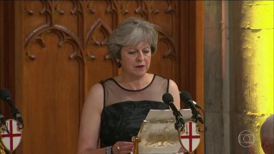 Em discurso, Theresa May acusa Putin de interferir em eleições e 'transformar informação em arma'