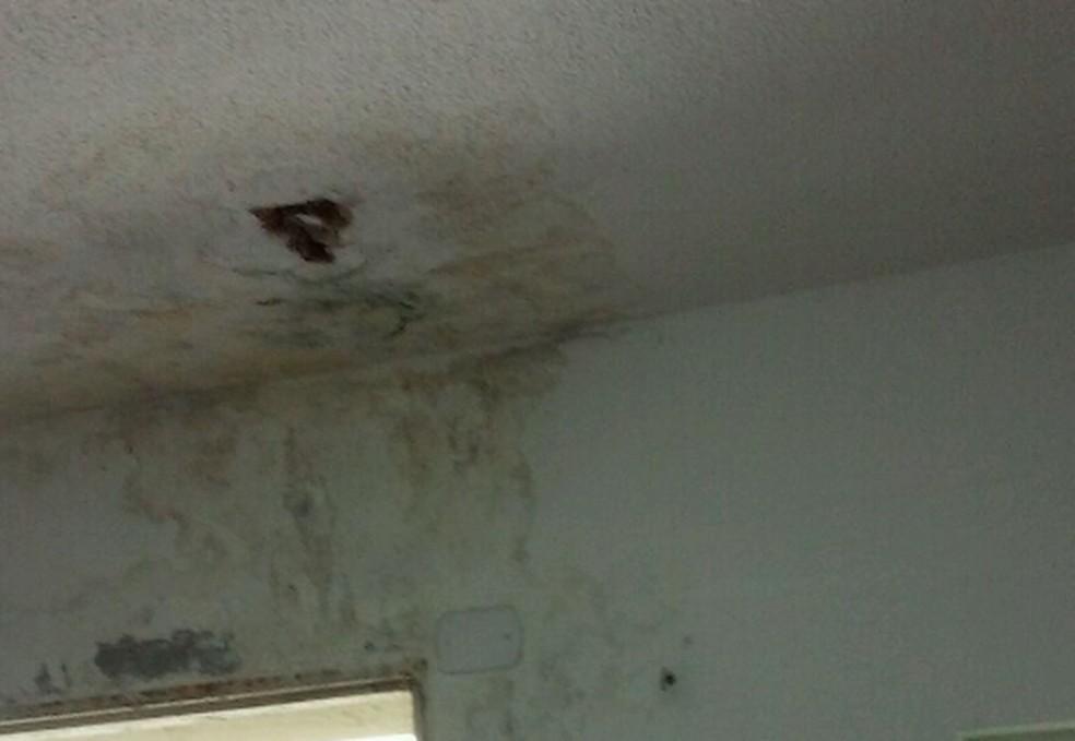 Goteira no teto de delegacia de Indaiatuba, no interior de SP — Foto: Reprodução/TCE