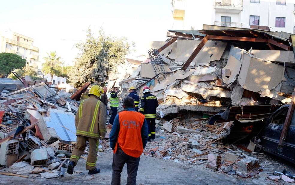 Bombeiros trabalham em prédio danificado após um terremoto de magnitude 6,4 em Durres, oeste da Albânia — Foto: Hektor Pustina / AP Photo
