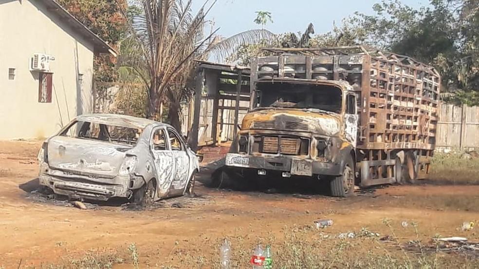 Dois veículos ficaram destruídos após o incêndio — Foto: Reprodução/Redes Sociais