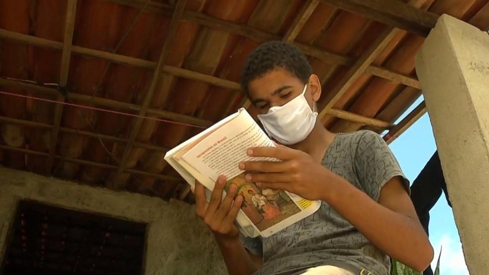 Jovem de 15 anos cuida de mãe e irmã doentes e sonha em ser advogado, na Paraíba — Foto: TV Paraíba/Reprodução
