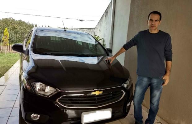 O leitor Edenilson Luiz com seu Chevrolet Onix 1.4 LTZ 2017 (Foto: Arquivo Pessoal)