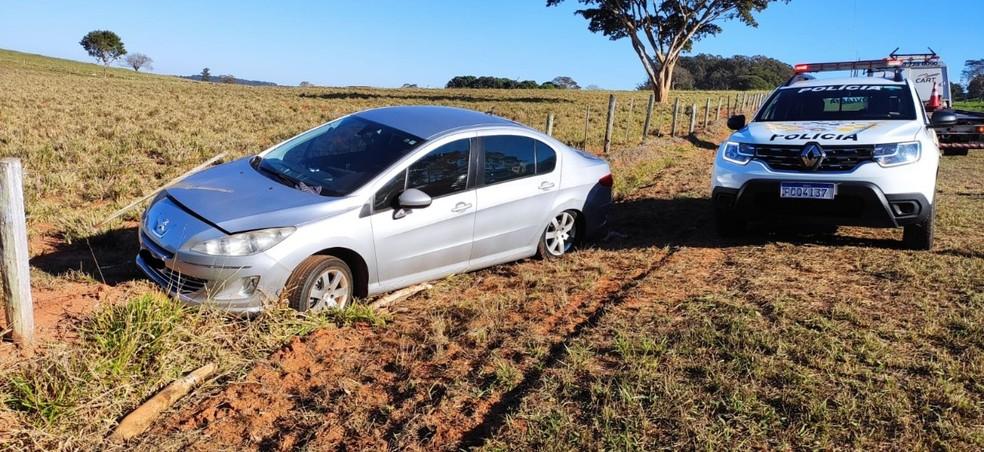 Motorista tentou fugir da Polícia Rodoviária e bateu o carro em uma cerca — Foto: Polícia Rodoviária