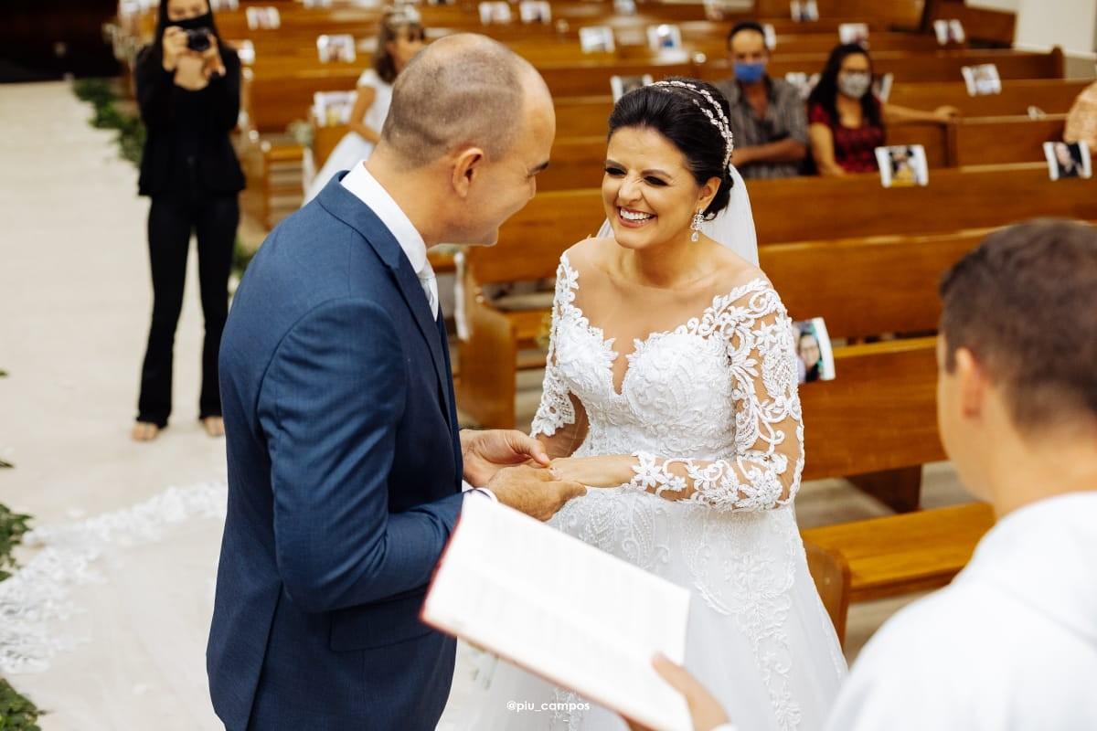 Noivos se casam em cerimônia com fotos de 600 convidados nos bancos de igreja durante pandemia