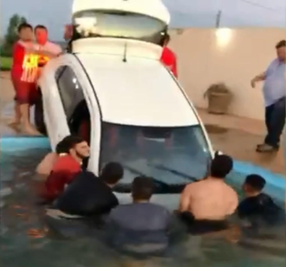 Cerca de 10 pessoas ajudaram no 'resgate' do carro em Garça — Foto: Arquivo Pessoal