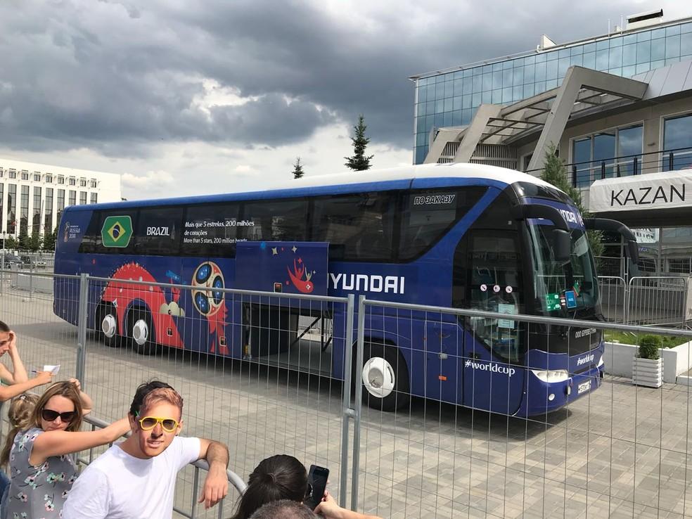 Ônibus da seleção brasileira aguarda os jogadores (Foto: Alexandre Lozetti)