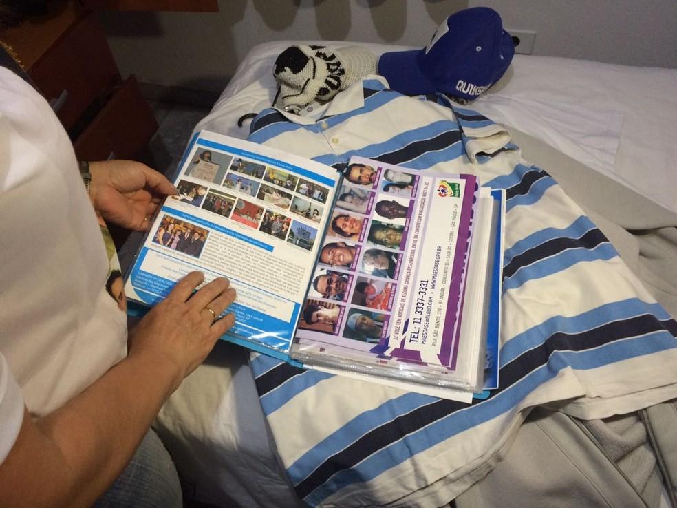 Pasta com fotos de desaparecidos e as roupas de Felipe (Foto: Cíntia Acayaba/G1 )