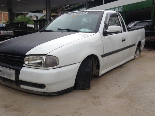 BHTrans afirma que não tem condições de rebocar carro preso à calçada.  (Foto: Henrique Stênio/Tv Globo)
