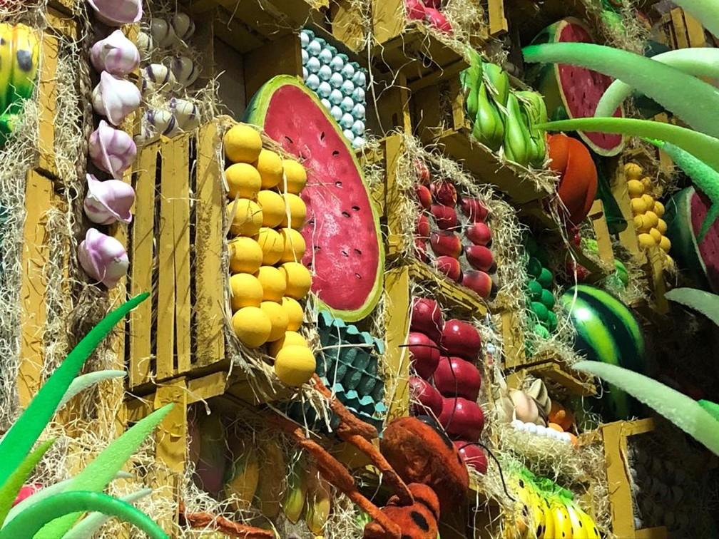Na São Clemente, o ovo de codorna gigante de 2019 virou melancia e foram usados caixotes de feira na decoração da alegoria — Foto: Alba Valéria Mendonça / G1