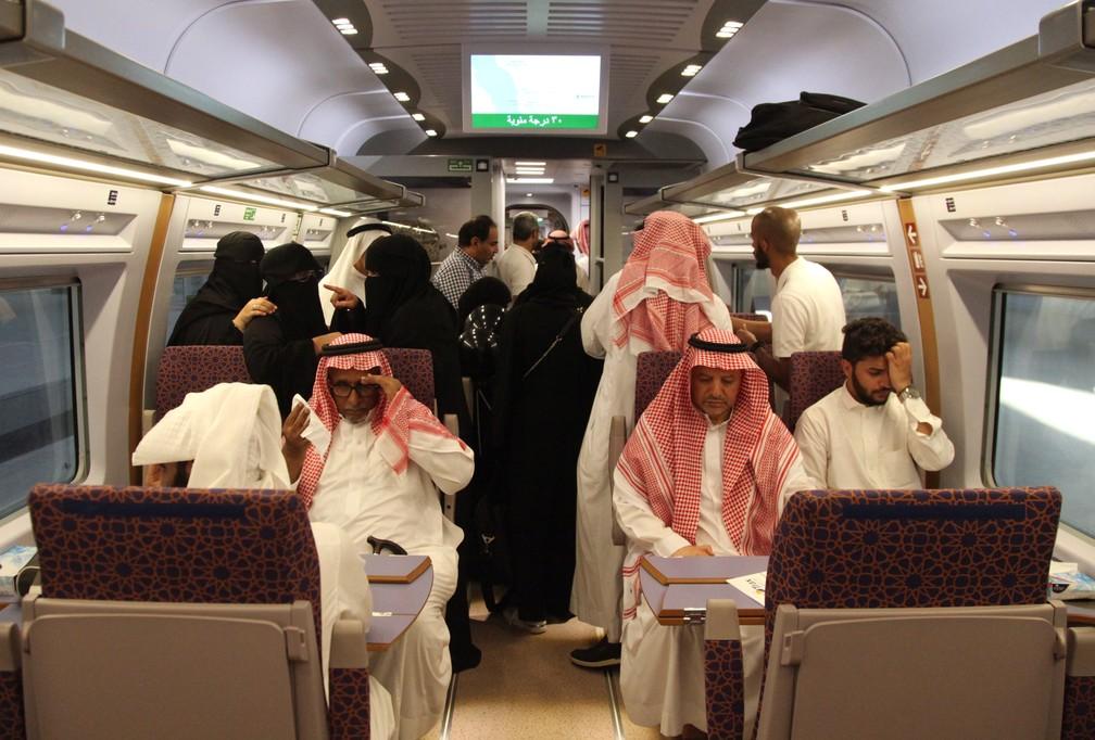 Passageiros no trem de alta velocidade inaugurado nesta quinta-feira (11) na Arábia Saudita — Foto: Bandar al Bandani/AFP