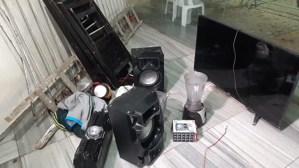 Parte dos produtos roubados em arrastão em Pium — Foto: Sérgio Henrique Santos/Inter TV Cabugi