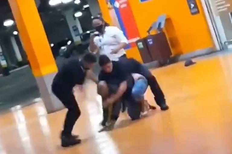 Imagem de vídeo que circula em redes sociais do momento em que homem negro foi espancado até a morte