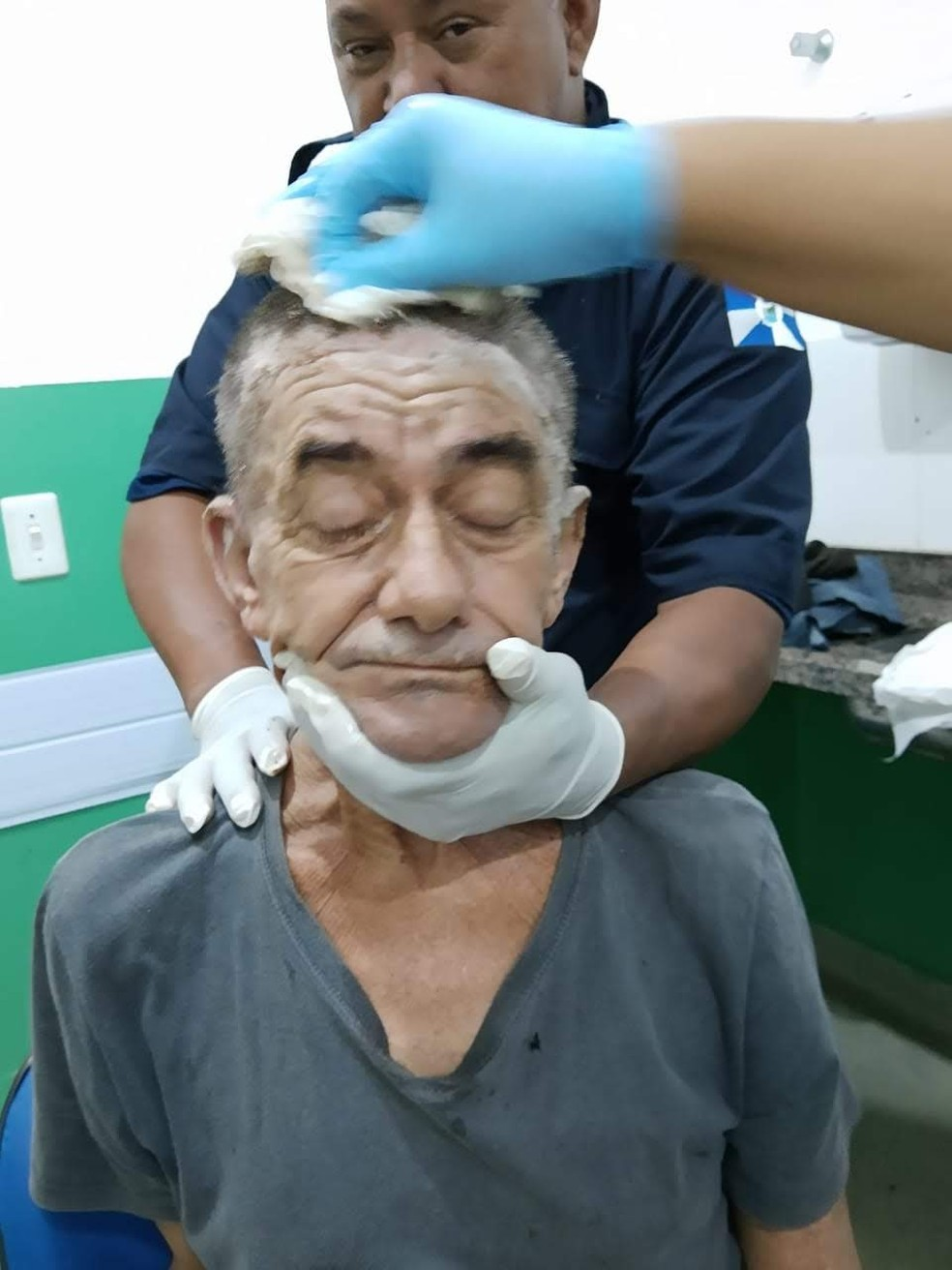 Morador de rua recebe tratamento e 'dia de beleza' na UPA de Peruíbe (SP) — Foto:  Bruno Chehade/Arquivo pessoal