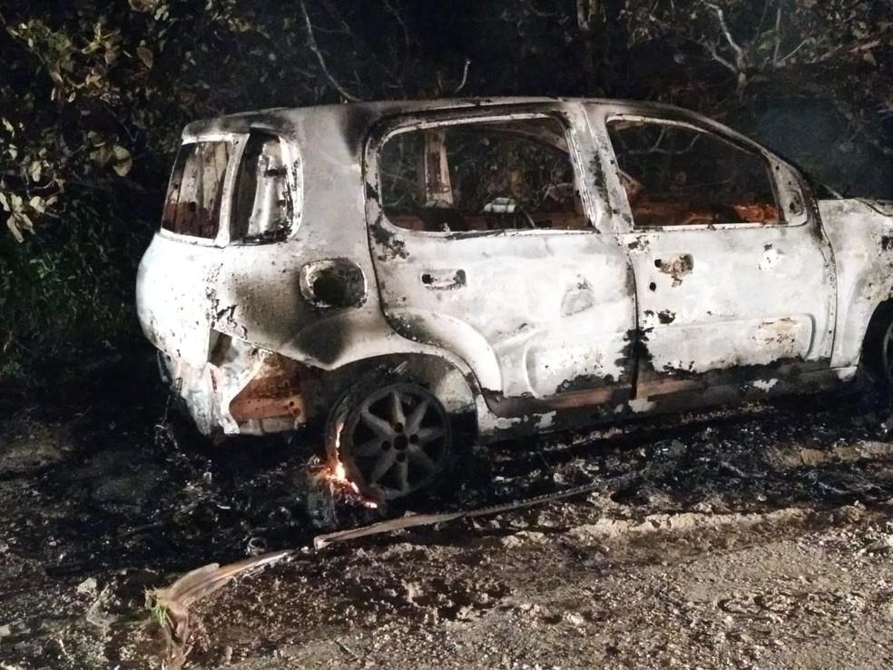 Outro veículo particular foi incendiado em Pindoretama — Foto: Reprodução/SVM