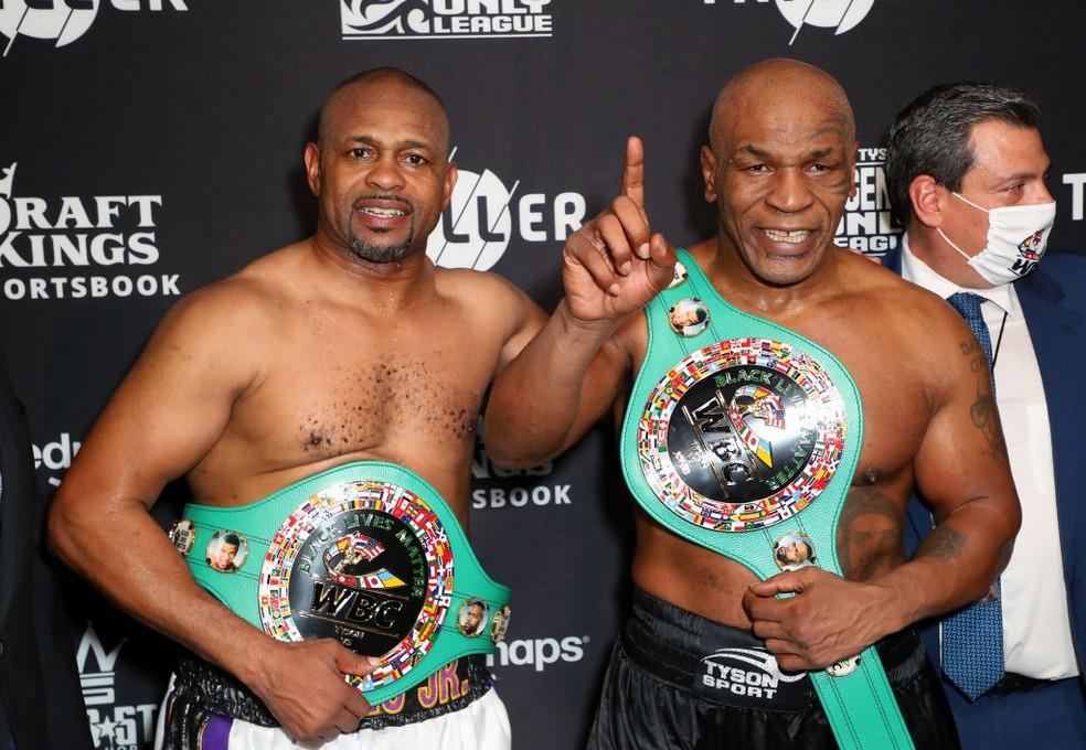 Mike Tyson e Roy Jones Jr. com os cinturões simbólicos — Foto: Joe Scarnici/Getty Images for Triller