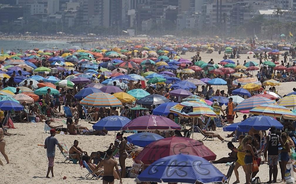 Cariocas lotam a praia no dia mais quente do ano no Rio de Janeiro — Foto: Marcos Serra Lima/ G1