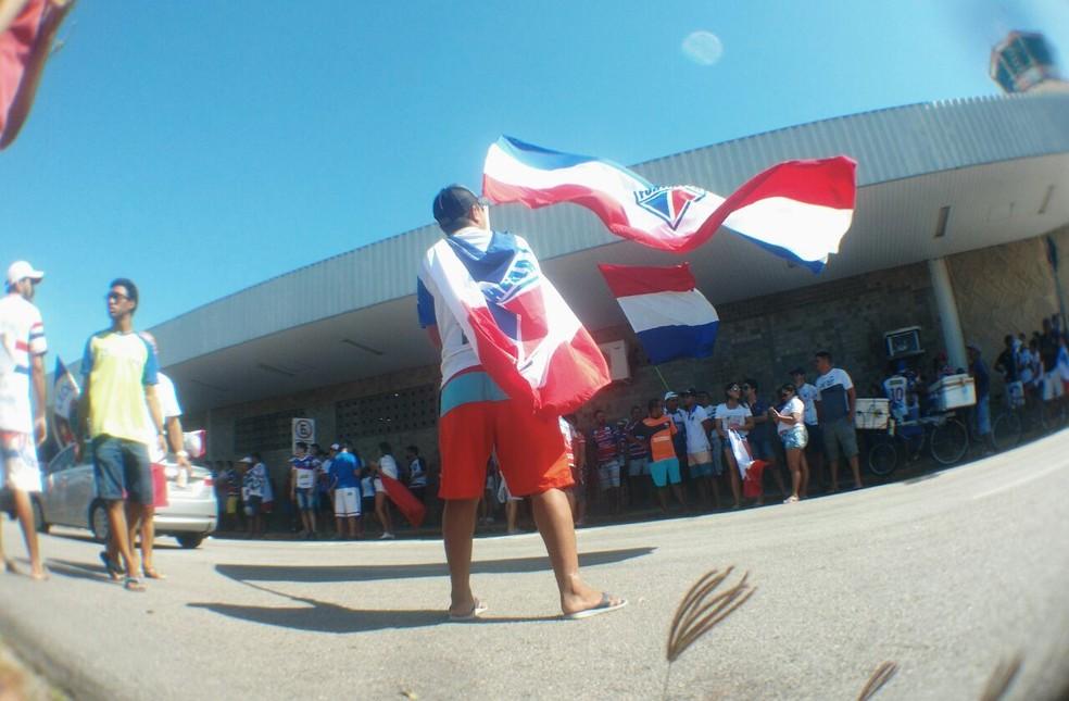 Torcida do Fortaleza vai em grande número ao aeroporto receber o time (Foto: Juscelino Filho)