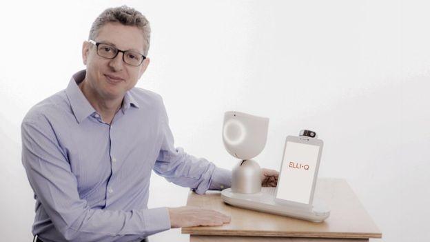 Dor Skuler ao lado da robô ElliQ, criada para combater a solidão (Foto: INTUITION ROBOTICS)