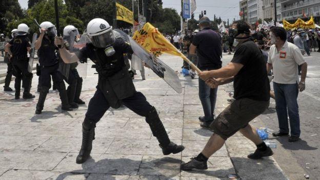 Protesto antiausteridade na Grécia em 2011; país foi o último a concluir sua recuperação na zona do euro (Foto: AFP/BBC)