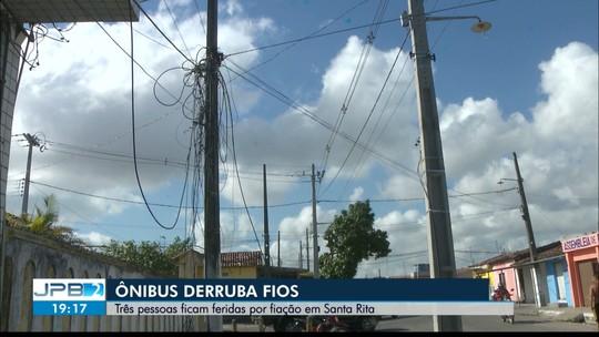 Motociclista sofre descarga elétrica após caminhão romper fios, em João Pessoa